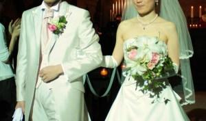 挙式に、白いユリとピンクのバラを束ねて。